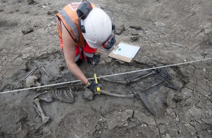 考古学家发现一具身穿长筒皮靴的中世纪骸骨