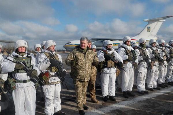 乌克兰伞兵部队赴东部冲突区 总统波罗申科亲自送行