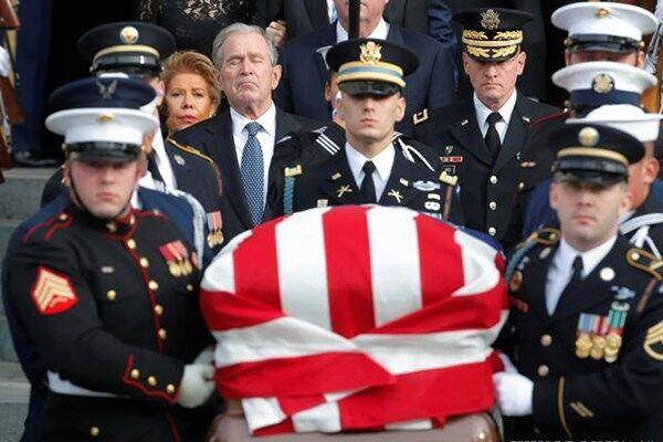 老布什遗体运抵休斯敦 姚明出席追悼仪式