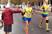 老太太为马拉松选手加油 参赛者绕道与她击掌