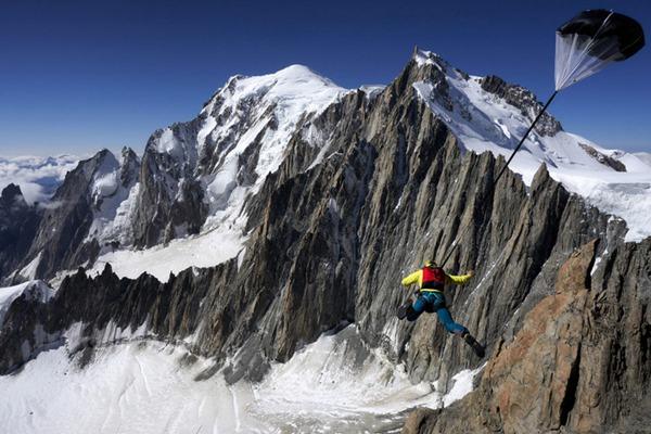 死亡挑战!胆肥牛人勃朗峰上挑战悬崖跳伞