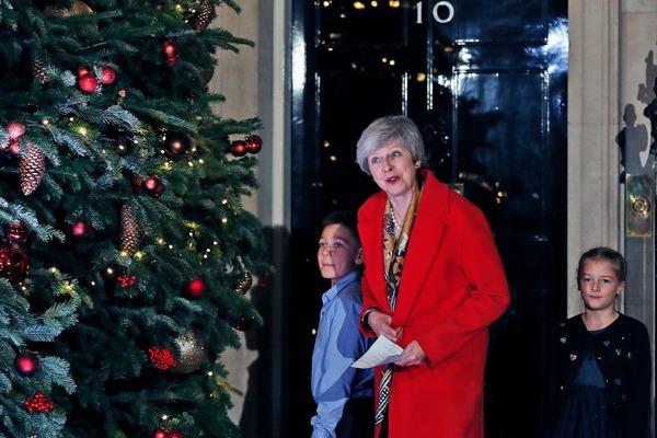 英国首相府点亮圣诞树 特蕾莎·梅邀小学生共同见证