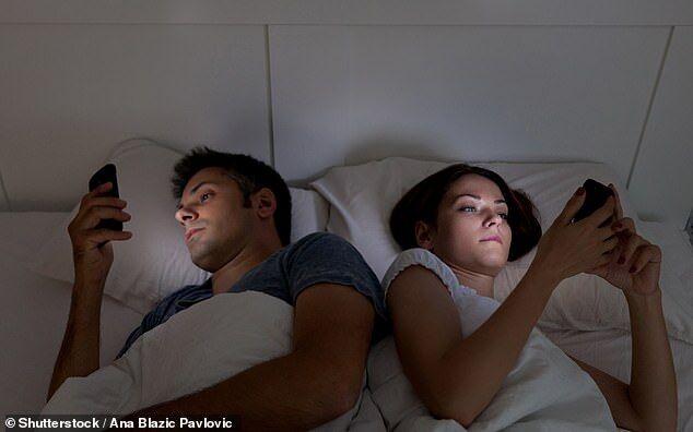 美国年轻人睡前玩手机现象普遍 影响睡眠质量