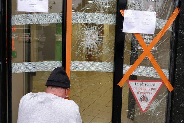 """法国""""黄马甲""""运动继续 巴黎银行门窗加装厚木板防打砸"""