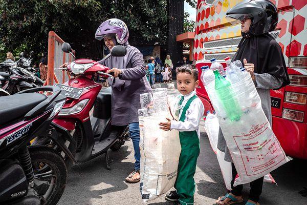 印尼泗水环保新举措受追捧 居民大包小包装塑料瓶换车票