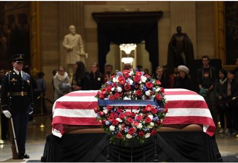 """安倍在美驻日使馆吊唁老布什 称其""""伟大总统"""""""