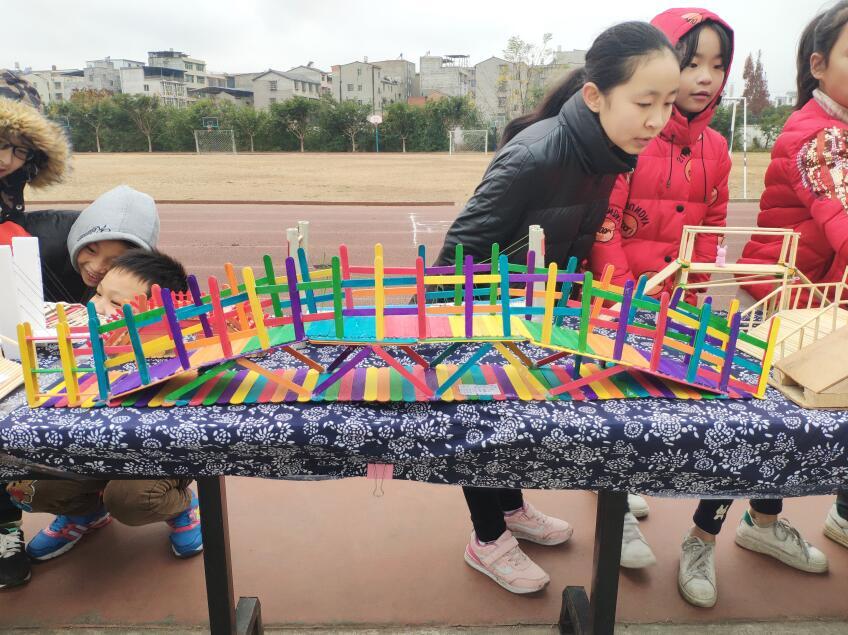 兴业路小学举行第九届制作节作品展出暨作品爱心义卖活动