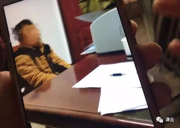 12岁弑母男孩指认现场,村民:他还在笑,杀人后镇定骗外公