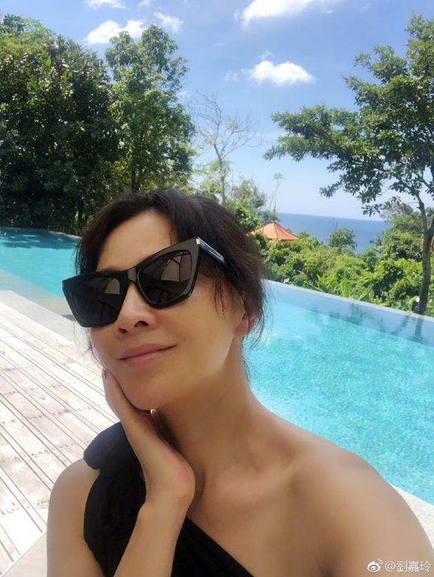 刘嘉玲晒美照,享受休闲生活,泳池边惬意自拍神态撩人