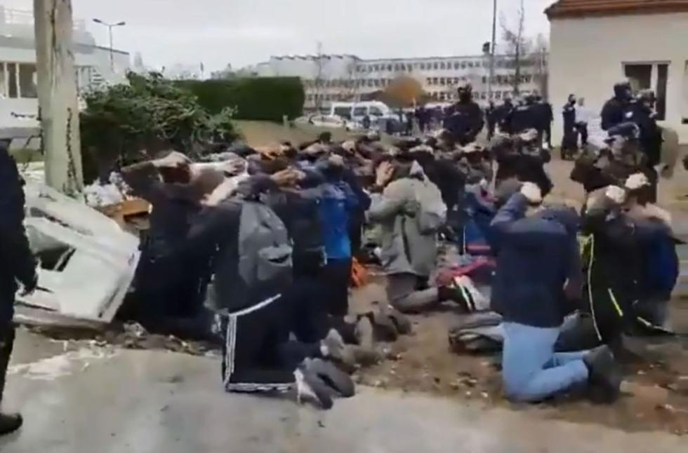 法国百余中学生闹事遭逮捕:双手抱头排排跪好(图)