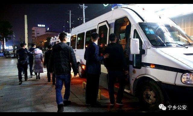 卖淫团伙被端客房现大量避孕套 男女被装上3辆大巴