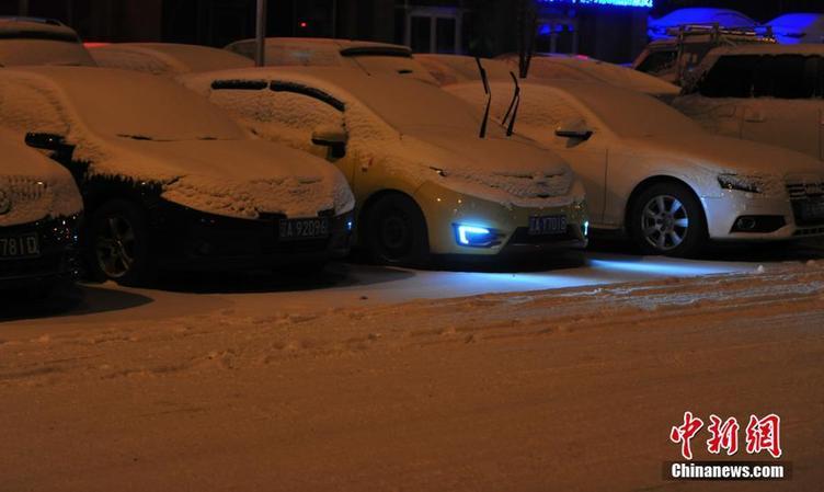 沈阳迎来降雪市民踏雪出行