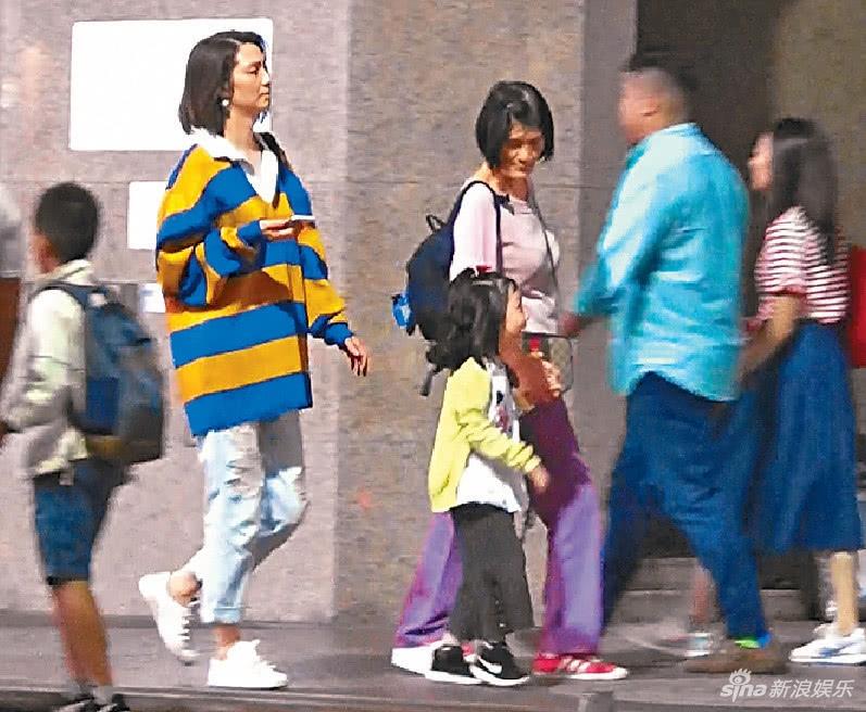 洪欣穿鲜艳条纹衫逛街驻颜有术 4岁女儿活泼可爱