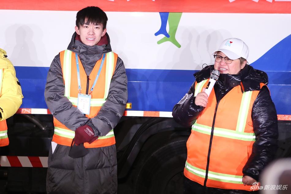 韩红爱心活动关爱环卫工人 易烊千玺体验扫马路