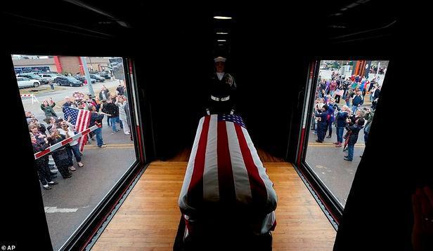 送老布什最后一程的火车启程 民众沿路蜂拥送别