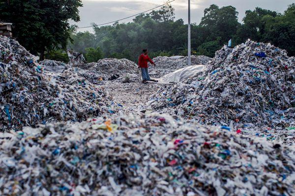 洋垃圾难进中国转去东南亚 印尼废塑料堆积成山