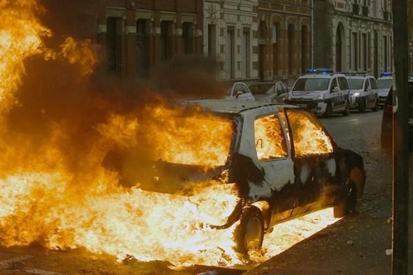 法国学生街头抗议 焚毁汽车反对教育改革