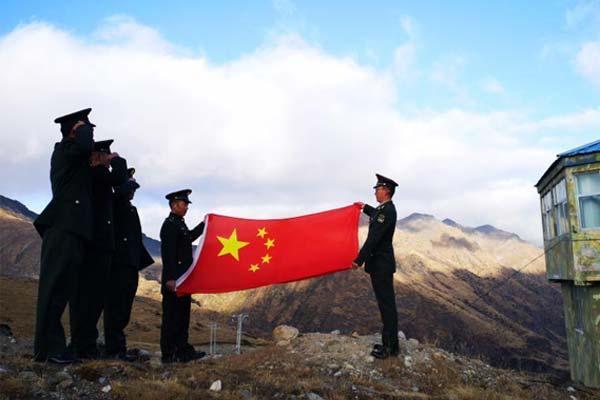 西藏军区百余名老兵光荣退伍