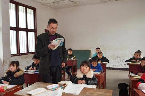 山里孩子的守望者:两名教师坚守教学30年