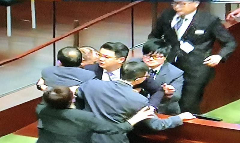香港两名闹事议员接拘捕通知,一旦被判监禁或失议员资格