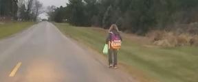 少女欺负同学被父亲罚步行8公里上学