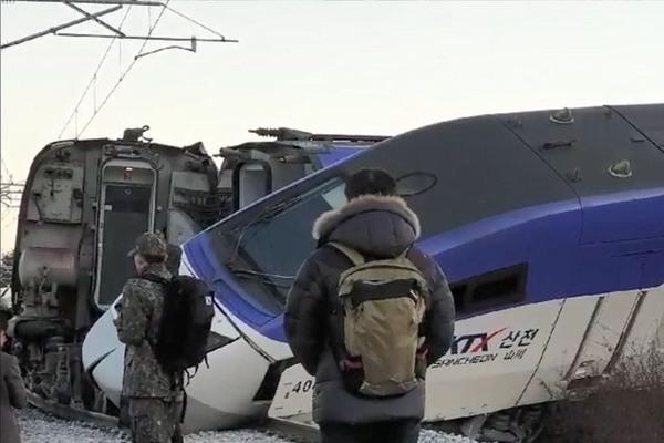 韩国载198人高铁发车5分钟后脱轨 14人受伤