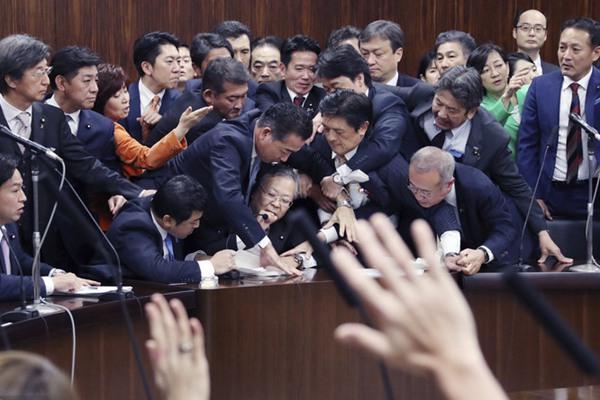 日本参院强行通过《入管法》修正案 现场起冲突一片混乱