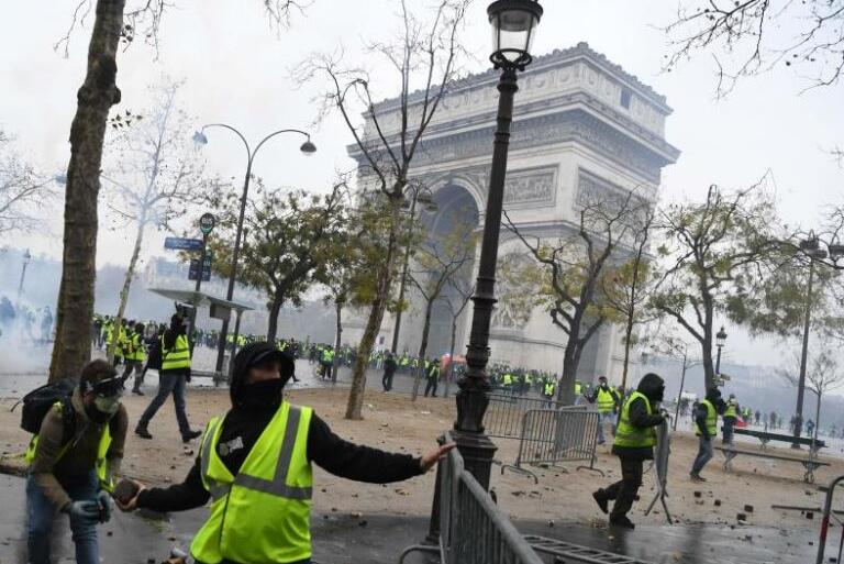 景点关闭、橱窗上钉...巴黎拘留278名黄背心抗议者,预防
