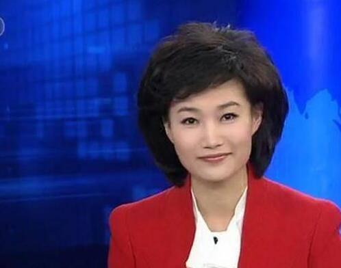 央视著名女主持,戴假发12年从未被观众察觉,如今摘下假发美呆了