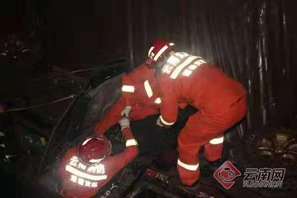 云南元谋县一货车翻入路边蓄水池致车上6人遇难1人受伤