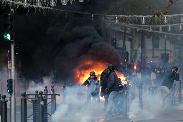 """法国爆发第四轮""""黄马甲""""示威活动 12万人参与上千人被捕"""