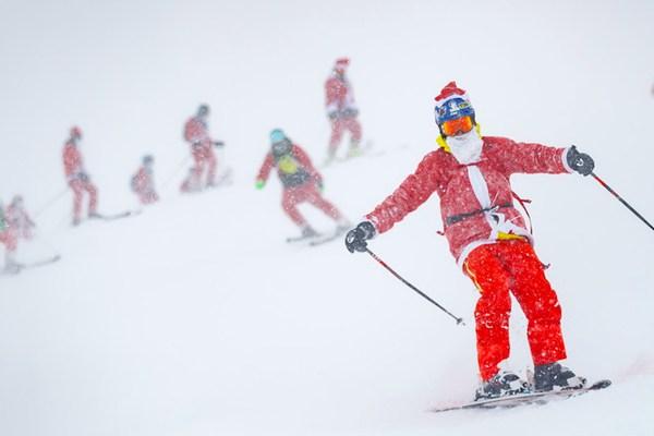"""瑞士滑雪场齐聚3015名""""圣诞老人"""" 庆祝滑雪季到来"""