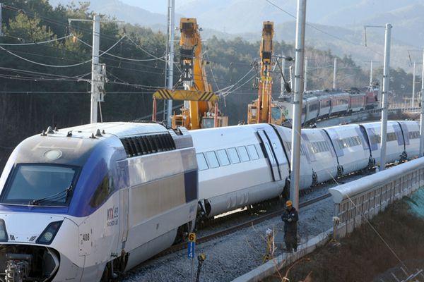 韩国高铁脱轨致14人受伤 现场清理工作进行中