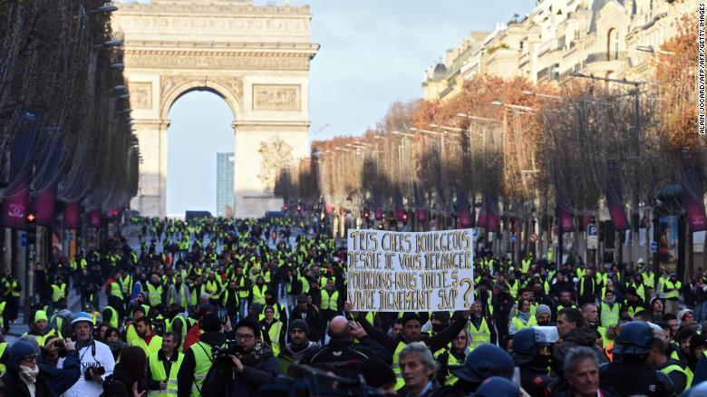 """法国爆发第四轮""""黄背心""""抗议:12.5万人参与,1723人被拘留"""
