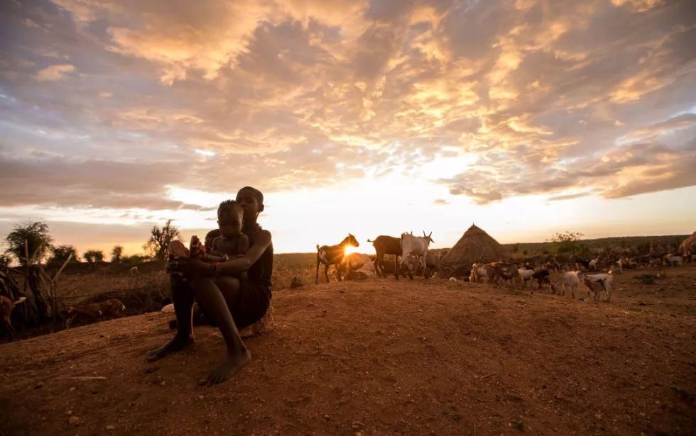 """""""跳牛""""成人礼、佩戴""""唇盘""""……这些非洲原始部落习俗了解一下"""