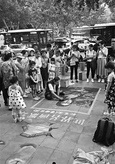 """男子街头粉笔画蒙娜丽莎走红 获赞""""最牛乞丐人"""""""