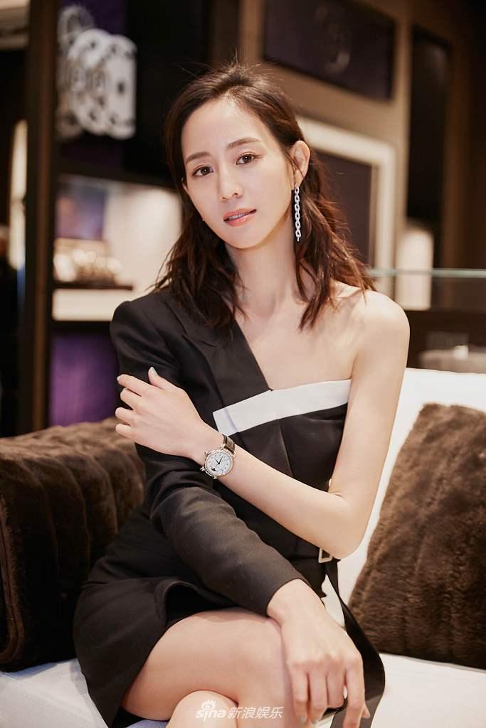 张钧甯懒理钮承泽性侵绯闻出席活动 露肩裙性感优雅