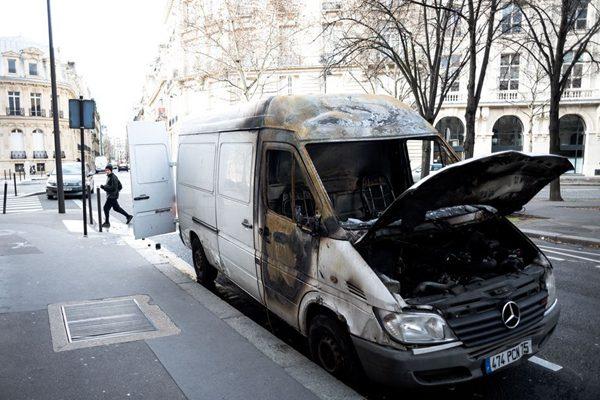 """法国巴黎""""黄背心""""运动过后的街头惨状"""