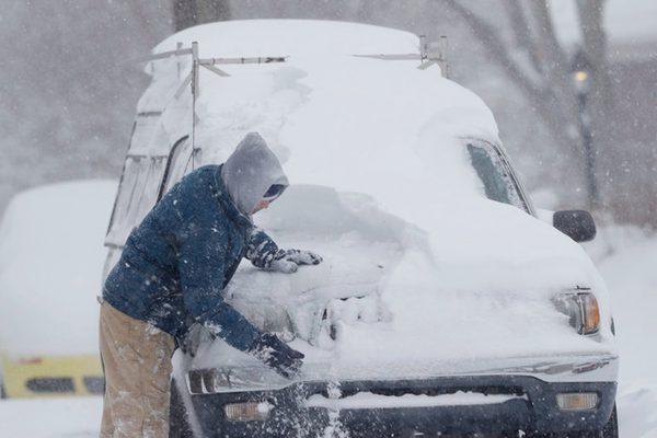 美国东南部遭暴风雪袭击 数十万户居民出行受影响