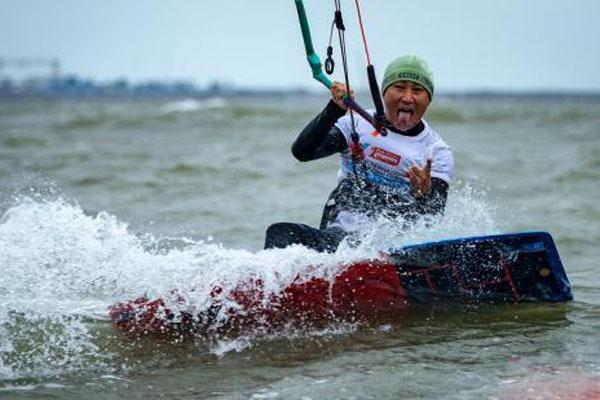 海口:风筝帆板选手浪中激烈角逐