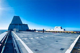 美两艘朱姆沃尔特级万吨大驱并排航行 第二艘即将服役