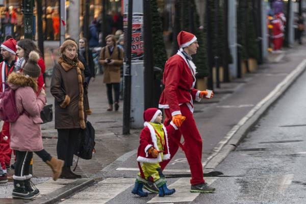 """瑞典斯德哥尔摩:1400名""""圣诞老人""""街头慢跑为公益发声"""