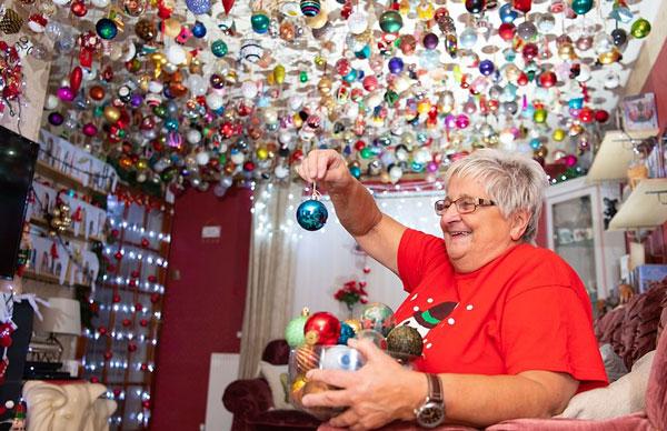 美炸天!英老太收集2000个圣诞彩球挂满天花板