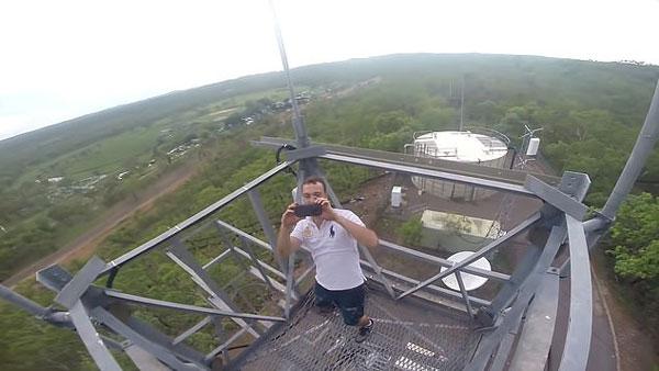 心惊肉跳!澳兄弟铁路桥和无线电塔上做危险特技