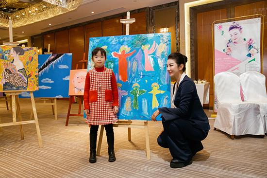 黄奕带女儿一起做慈善  助力天使宝贝公益