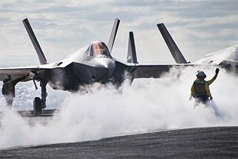 卡尔文森号航母携F-35C战斗机在太平洋训练