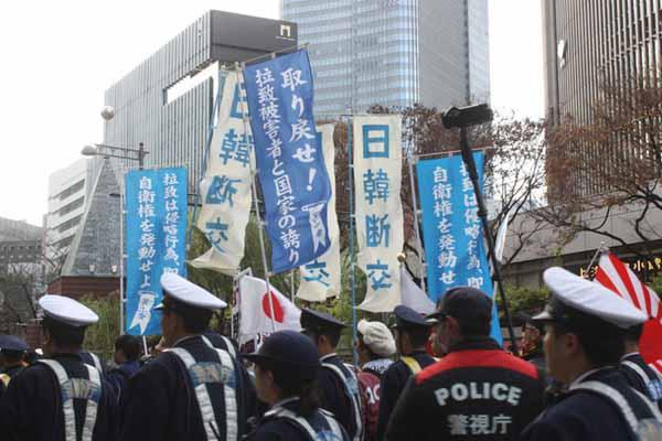 """日本右翼分子游行抗议 挥舞""""日韩断交""""横幅"""