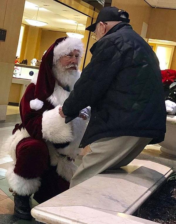 """暖心一刻!美国街头""""圣诞老人""""屈膝致敬二战老兵"""