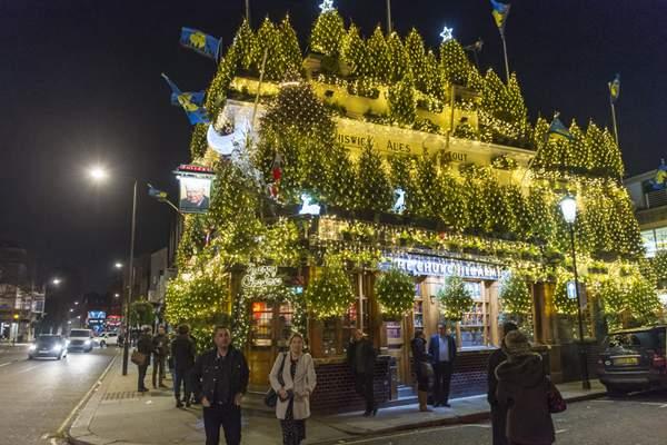 英国一酒吧展出97棵圣诞树2万多盏灯 宛如童话世界