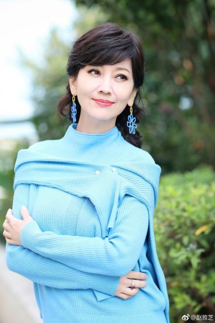 赵雅芝晒美照站姿优雅端庄 穿蓝色上衣青春洋溢